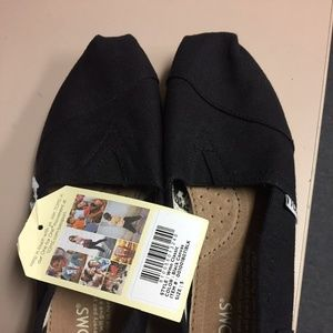 NWT, TOMS Women's blk on wht canvas classic flats